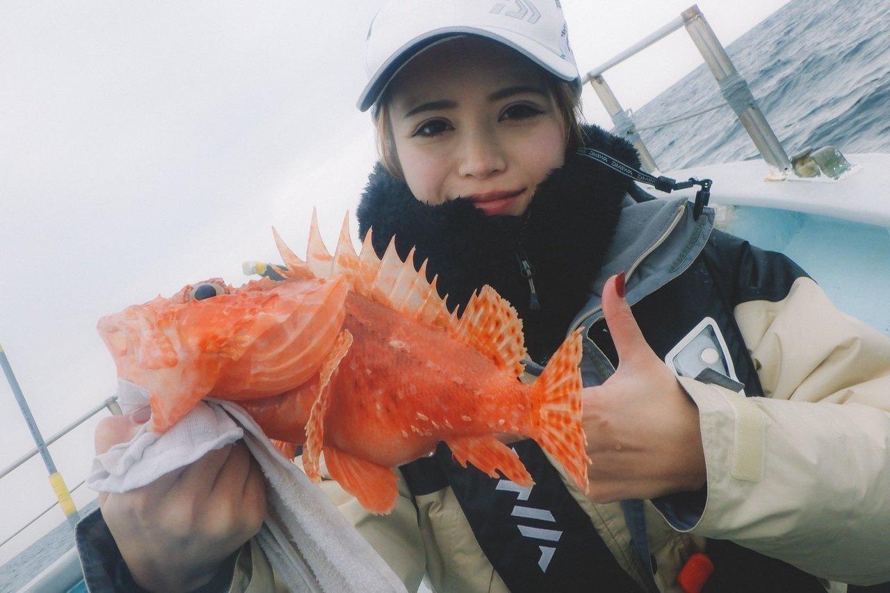 オニカサゴを抱える釣り人の写真