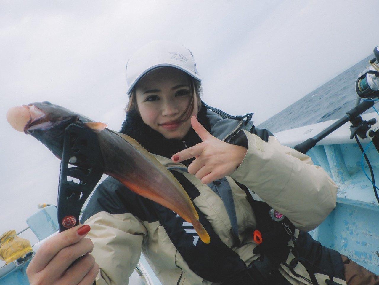 ドンコを抱える釣り人の写真