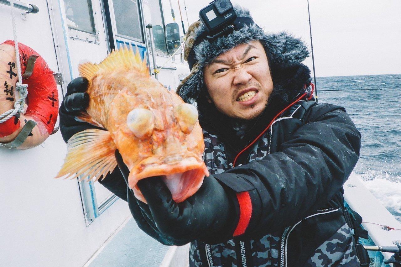 ウッカリカサゴを持つ釣り人の写真