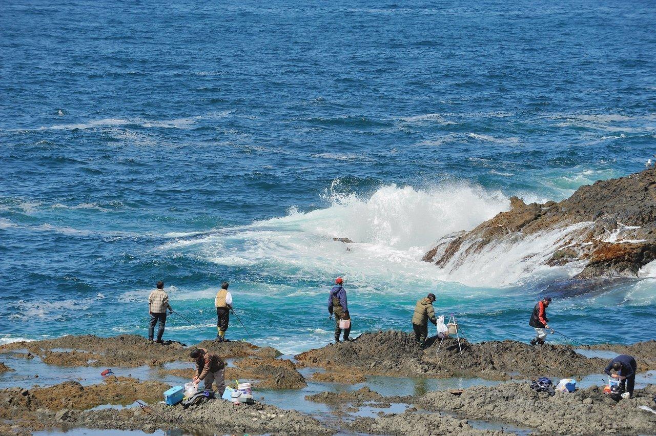 海と釣り人の写真