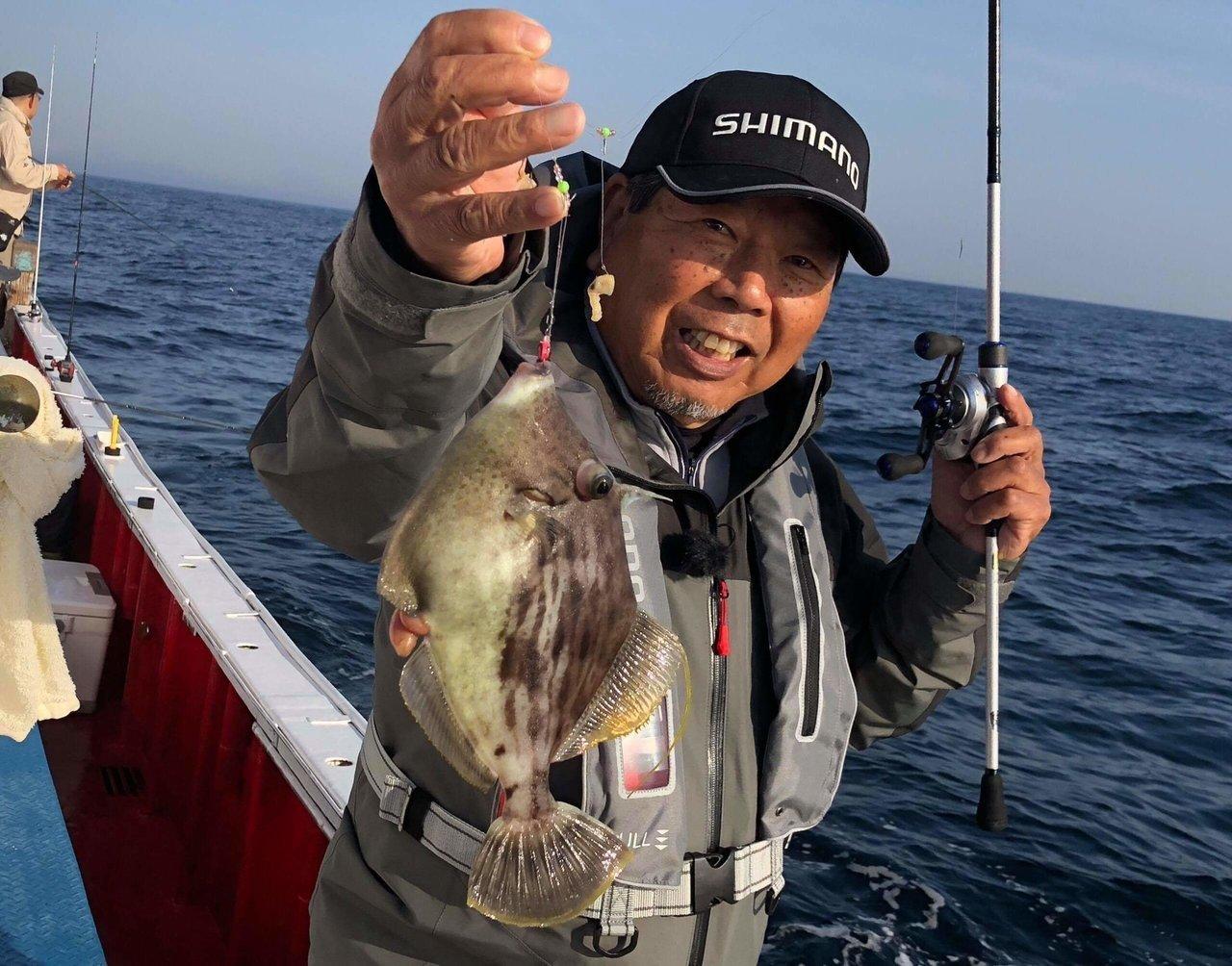 カワハギと釣り人の写真