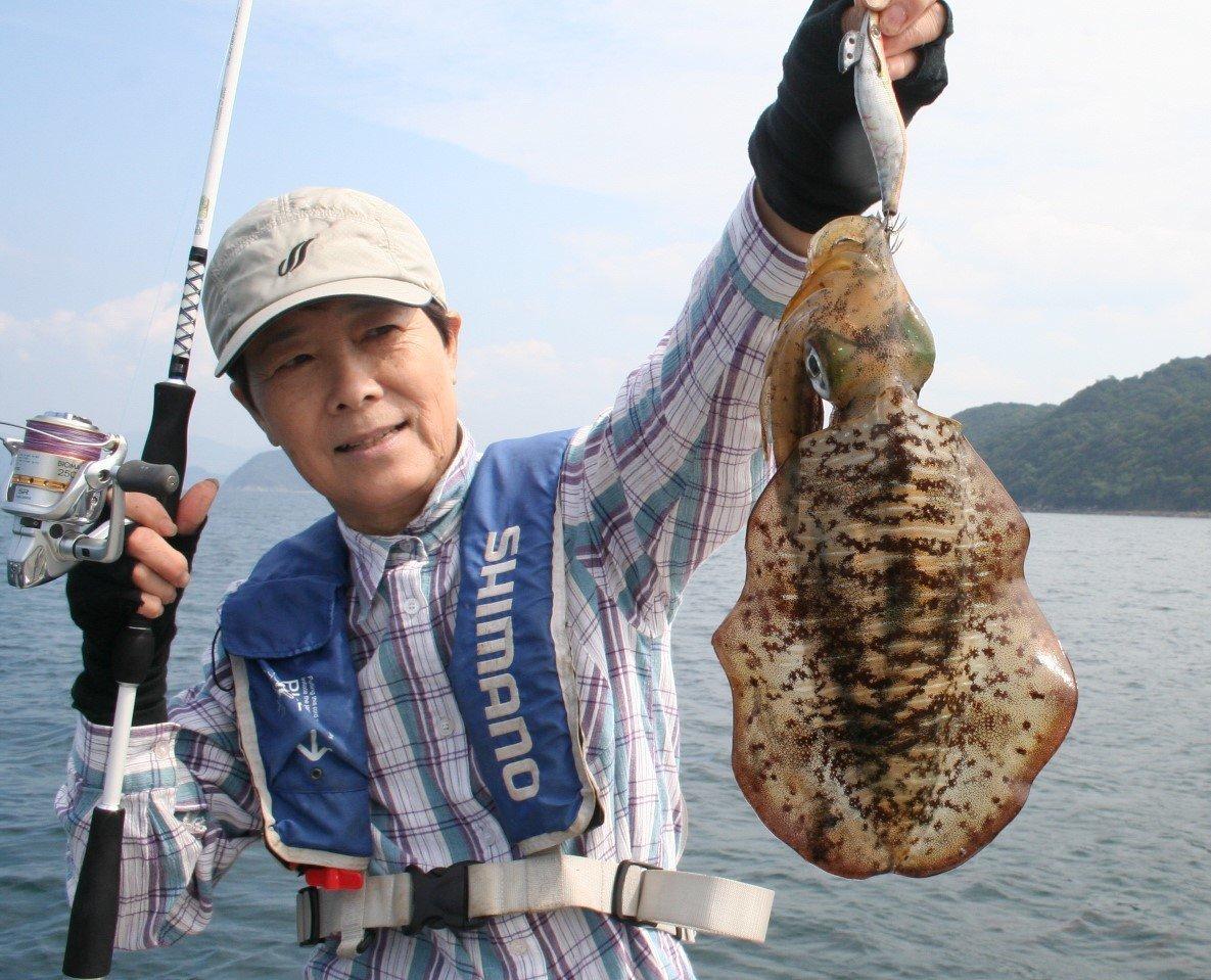 アオリイカと釣り人の写真