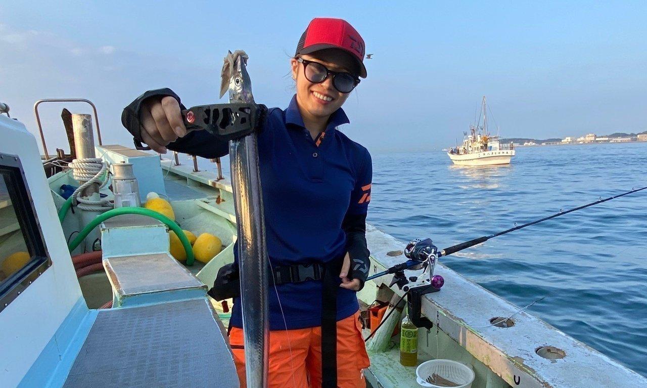 タチウオと釣り人の写真