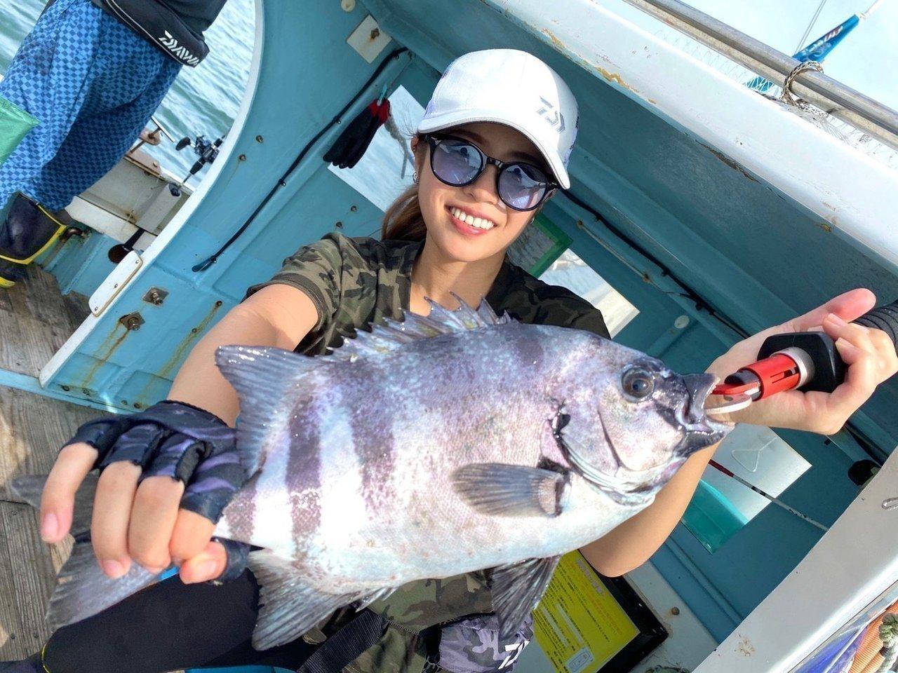 イシダイと釣り人の写真