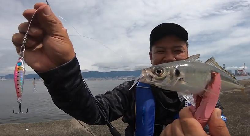 釣り人と魚のアップ写真