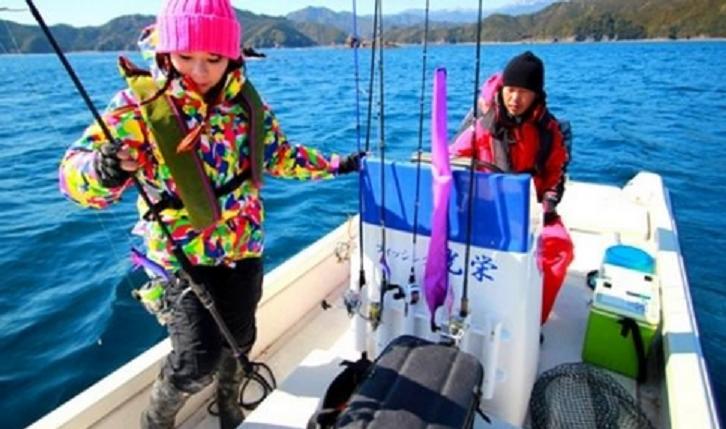 釣り人と船のアップ写真
